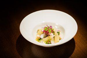 Salāti ar baltvīnā izturētiem bumbieriem, zilo sieru, citrusa dresingu